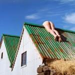 """Phi thường - kỳ quặc - """"Sốc"""" với cô gái khỏa thân nằm vắt vẻo trên mái nhà"""