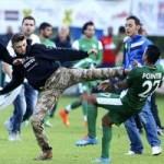 Bóng đá - Sốc: CĐV tràn sân ''tung chưởng'' đốn hạ cầu thủ