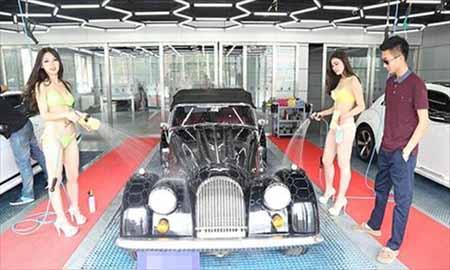 Chân dài mặc bikini rửa xe sang - 1