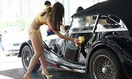 Chân dài mặc bikini rửa xe sang - 3
