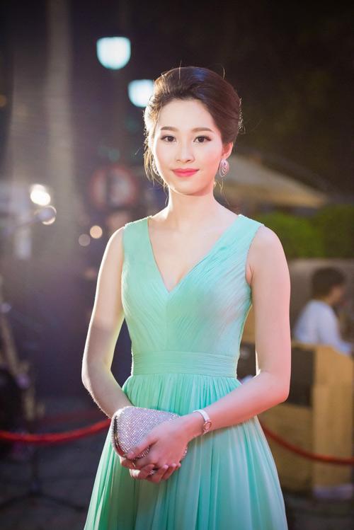 Hoa hậu Thu Thảo đẹp hút hồn trên thảm đỏ - 1