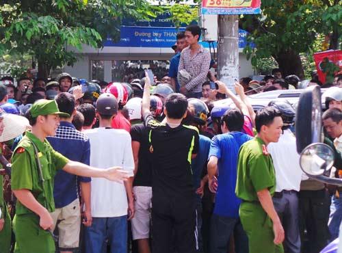 Vụ dân vây xe biển xanh: Đình chỉ công tác tài xế - 1