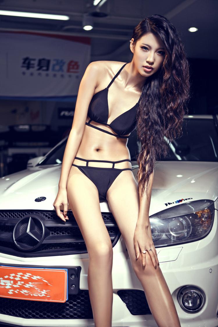 Người đẹp thiêu đốt bên Mercedes-Benz C63 - 1