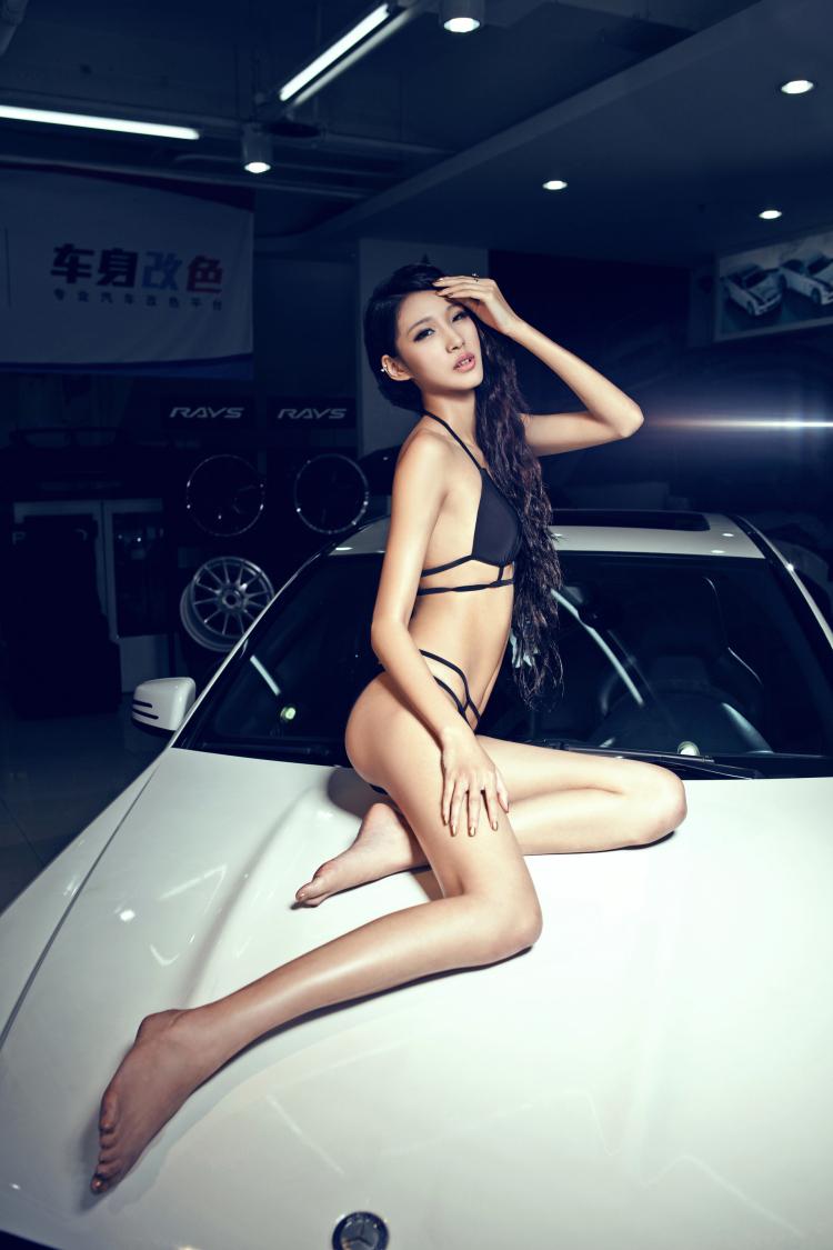 Người đẹp thiêu đốt bên Mercedes-Benz C63 - 2