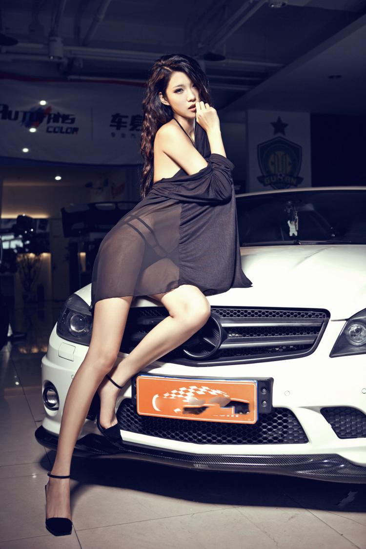Người đẹp thiêu đốt bên Mercedes-Benz C63 - 6