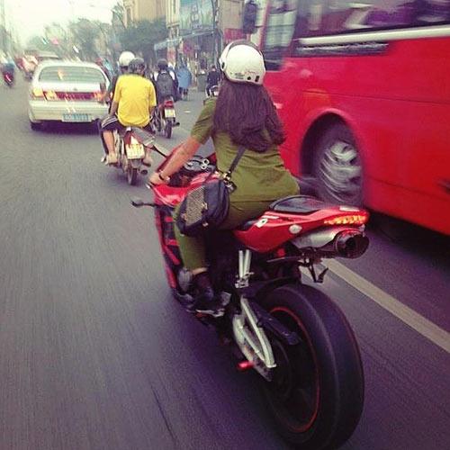 """Những hot girl 9x """"nên duyên"""" với xe môtô - 5"""