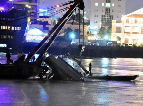 Sà lan gần 100 tấn chìm trên sông Sài Gòn - 2