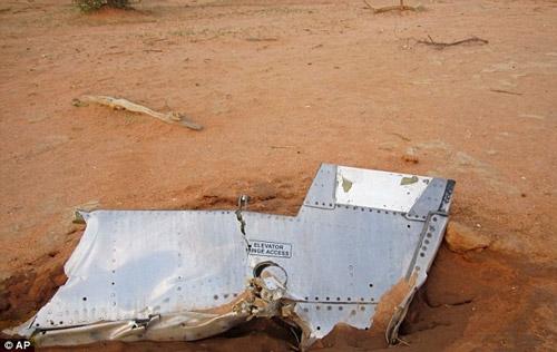 Hình ảnh đầu tiên về hiện trường máy bay Algeria rơi - 5