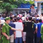 An ninh Xã hội - Vụ dân vây xe biển xanh: Đình chỉ công tác tài xế
