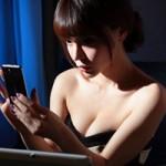 Thời trang Hi-tech - Người đẹp khoe 3 vòng nóng bỏng bên smartphone Finder