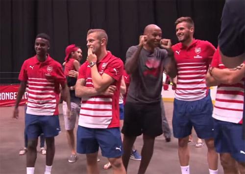 Henry ''lác mắt'' nhìn sao trẻ Arsenal chơi bóng rổ - 1