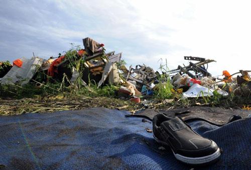 """""""Hôi của"""" từ hiện trường MH17 rơi rồi khoe trên mạng - 2"""