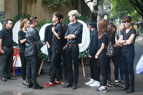 Dàn hot teen mặc áo đen viếng Toàn Shinoda - 10