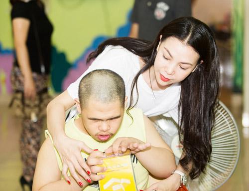 Trà Ngọc Hằng thăm thương binh và trẻ nhiễm chất độc da cam - 6