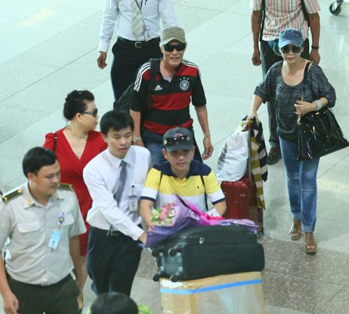 Khánh Ly và chồng trẻ trung về nước - 10
