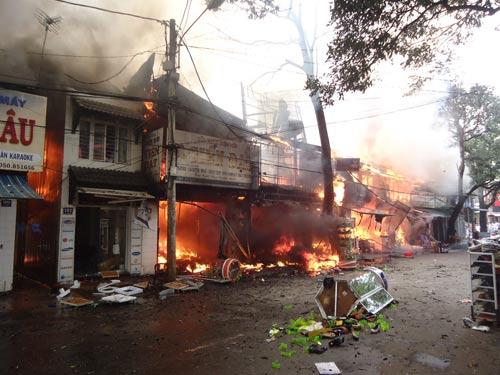 Cháy lớn tại TP Buôn Ma Thuột, 11 cửa hàng bị thiêu rụi - 1