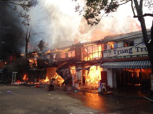 Cháy lớn tại TP Buôn Ma Thuột, 11 cửa hàng bị thiêu rụi - 2
