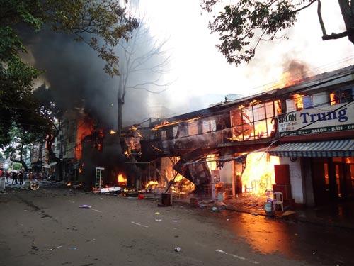 Cháy lớn tại TP Buôn Ma Thuột, 11 cửa hàng bị thiêu rụi - 3