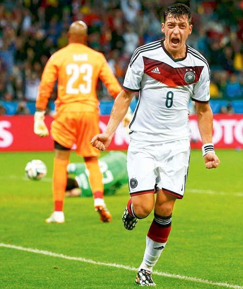 """""""Bỏ mặc"""" Arsenal, Ozil say sưa bên bạn gái bốc lửa - 3"""