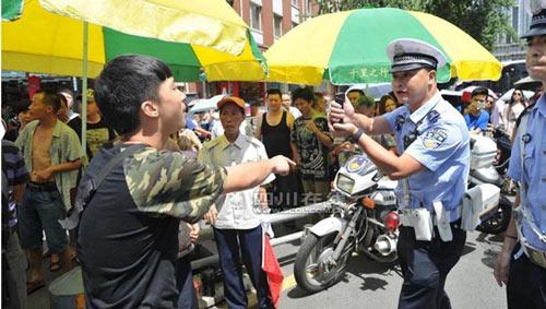 TQ: Vi phạm giao thông, thiếu niên gọi bố đến đánh CSGT - 2
