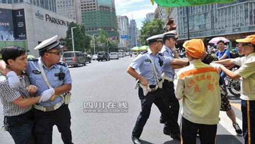 TQ: Vi phạm giao thông, thiếu niên gọi bố đến đánh CSGT - 3