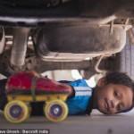 Thể thao - Kinh ngạc bé 6 tuổi lập kỷ lục trượt pa-tin dưới gầm xe