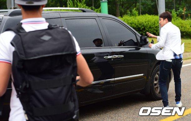 Trưởng nhóm Super Junior xuất ngũ bí mật - 2