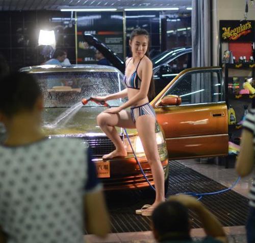 Người mẫu mặc áo tắm rửa xế hộp dát vàng - 3