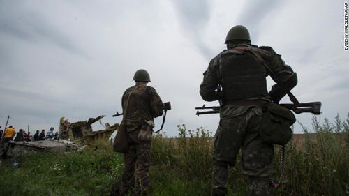 Dừng điều tra vụ MH17 rơi do giao tranh ác liệt ở Ukraine - 1