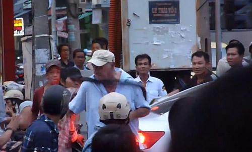 Khách Tây quỵt tiền taxi, đánh người trên phố Đà Nẵng - 2
