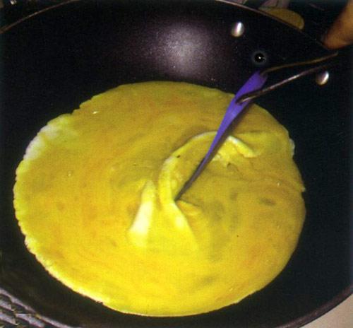 Thơm ngon, béo ngậy món trứng chiên thịt bò - 9