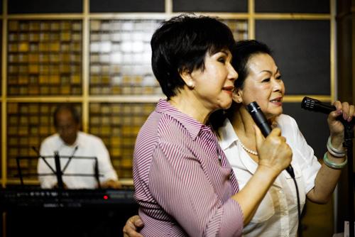 Khánh Ly ôm eo Lệ Thu tập hát - 3