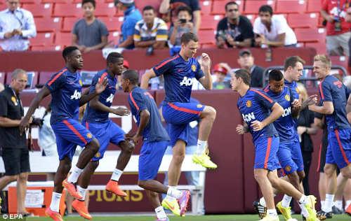 """Mourinho """"gây chiến"""", Van Gaal đã trả lời - 1"""