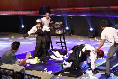 """Mỹ nam """"Con bướm xuân"""" bị chó rượt cắn trên sân khấu - 4"""
