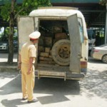 Tin tức trong ngày - Chở gỗ lậu bị bắt, tài xế bỏ xe chạy thoát thân
