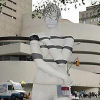Người đẹp mặc quần chip, tàng hình trên đường phố