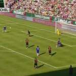 Bóng đá - Torres lại đá bóng lên trời ở cự ly rất gần