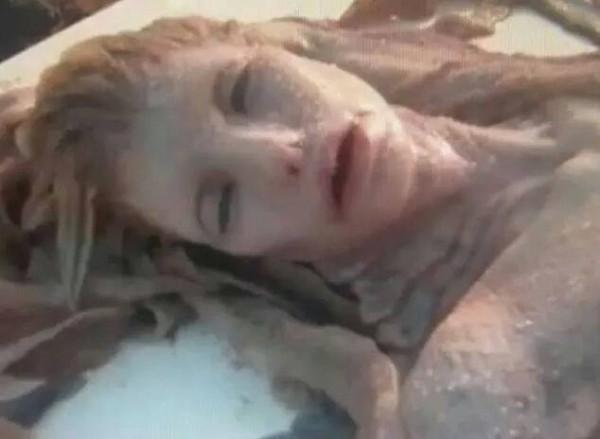 """Xôn xao """"xác nàng tiên cá"""" tìm thấy trên bãi biển - 3"""