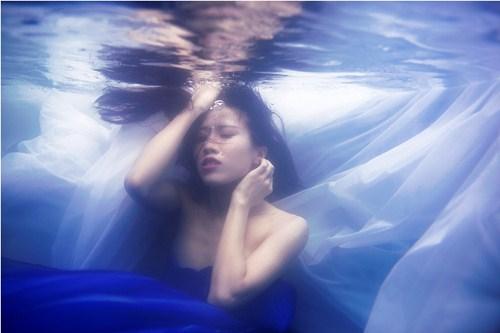Ưng Hoàng Phúc, Trang Pháp ngâm mình dưới nước chụp ảnh - 5