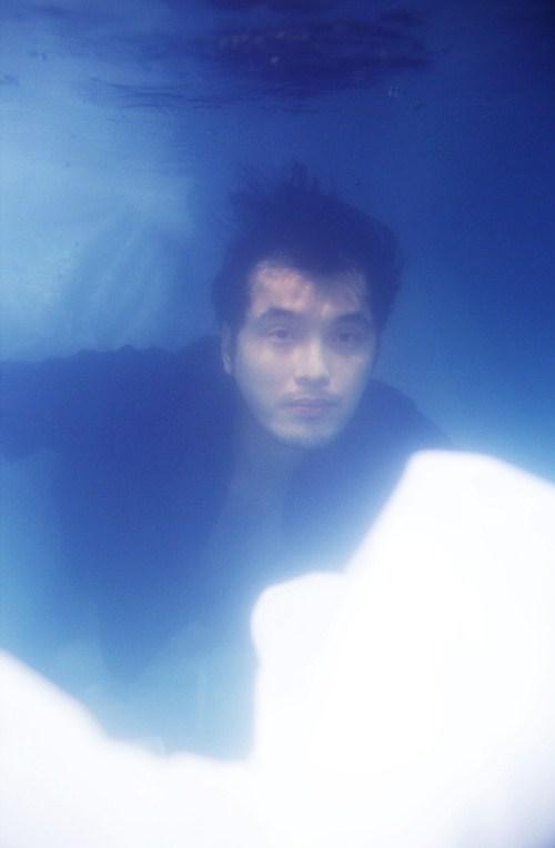 Ưng Hoàng Phúc, Trang Pháp ngâm mình dưới nước chụp ảnh - 1