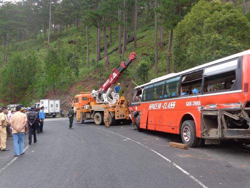 Xe đâm vách núi, 3 người chết, 45 người bị thương - 1