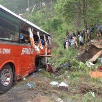 Ô tô chở cám đâm vào vách núi, 3 người thương vong - 2