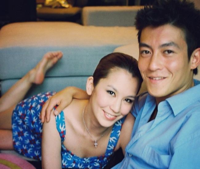 Chị gái Trần Quán Hy là Trần Kiến Phi, tên gốc là Trần Mỹ Hoa. Trần Quán Hy nổi tiếng là sao nam lắm scandal tình và tiền nên thông tin, hình ảnh về chị gái anh nhận được nhiều quan tâm của công chúng.