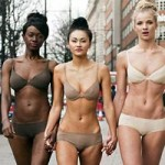 Thời trang - Hàng ngàn người khoe cơ thể ngày Quốc tế Đồ lót!