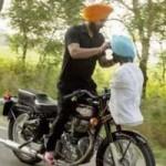 Phi thường - kỳ quặc - Video: Vừa đi xe máy vừa quấn khăn tài tình
