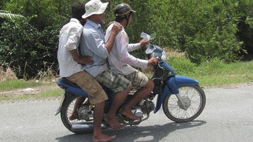 Đi xe máy ở nông thôn dễ chết hơn - 3