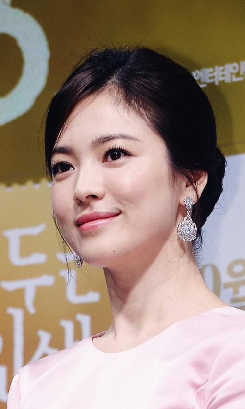 Song Hye Kyo đẹp quý phái với trang sức hàng hiệu - 5