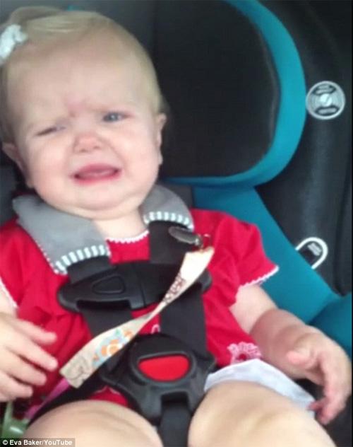 Bé gái đang khóc bỗng nhún nhảy nhờ nghe nhạc - 1