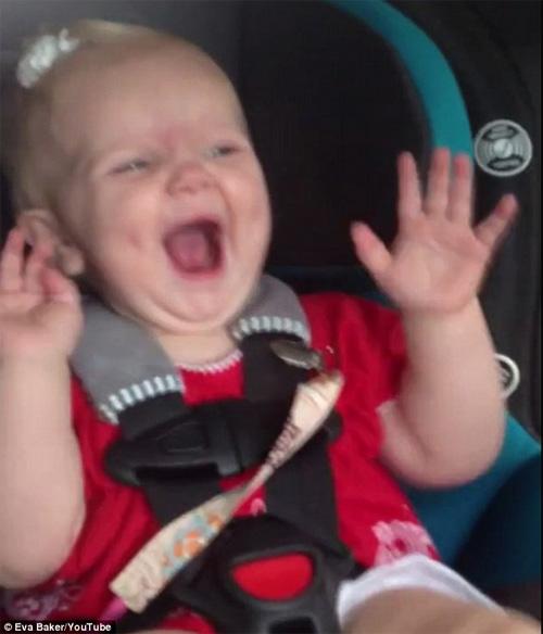 Bé gái đang khóc bỗng nhún nhảy nhờ nghe nhạc - 4