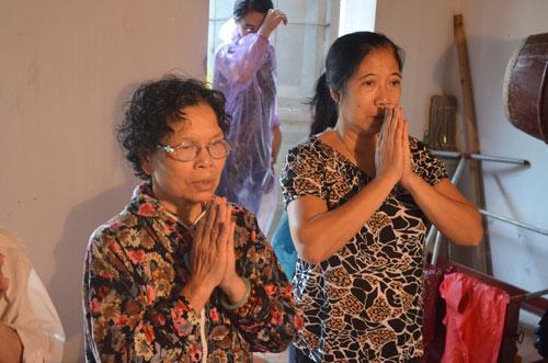 Vụ TMV Cát Tường: Gia đình đội mưa đi nhận mộ con - 1